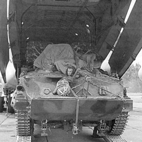 7.Загрузка БМД-3 в Ил-76МД.