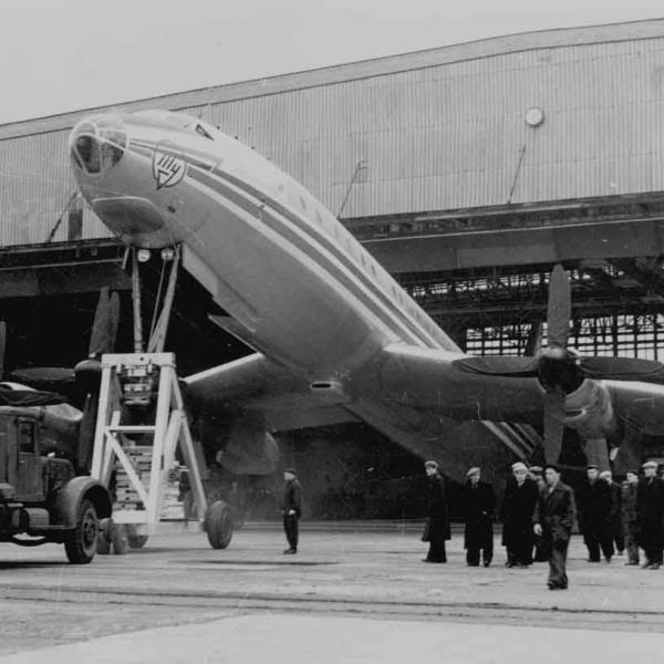7в.Вывоз Ту-114 из сборочного цеха.
