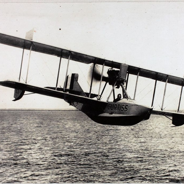 8.Curtiss Model К в полете.