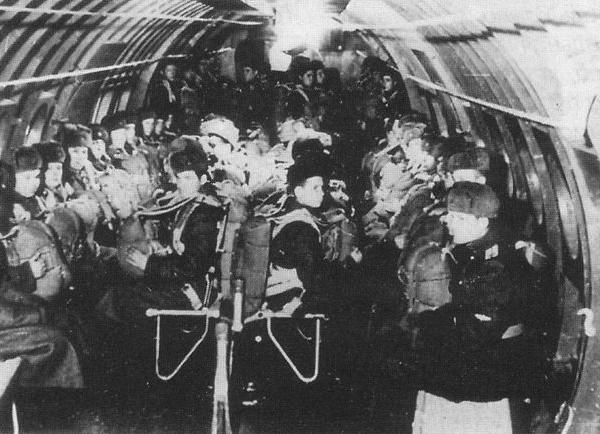8.Десантники в грузовой кабине Ту-75.