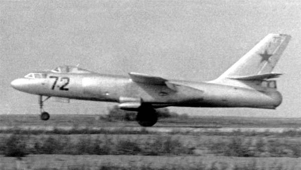 8.Ил-28У на посадке.