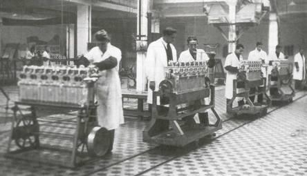 8.Конвейер сборки моторов М-34РН на заводе 24 в Москве, 1936 г.
