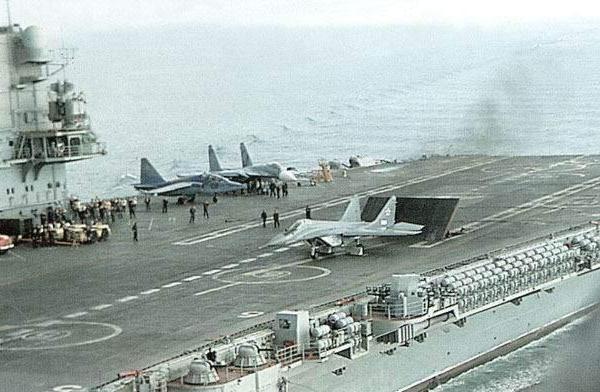 8.МиГ-29К готовиться к взлету с палубы.