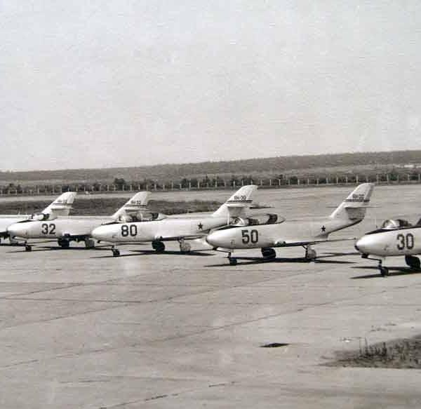 8.Самолеты Як-30 и Як-32 на стоянке.