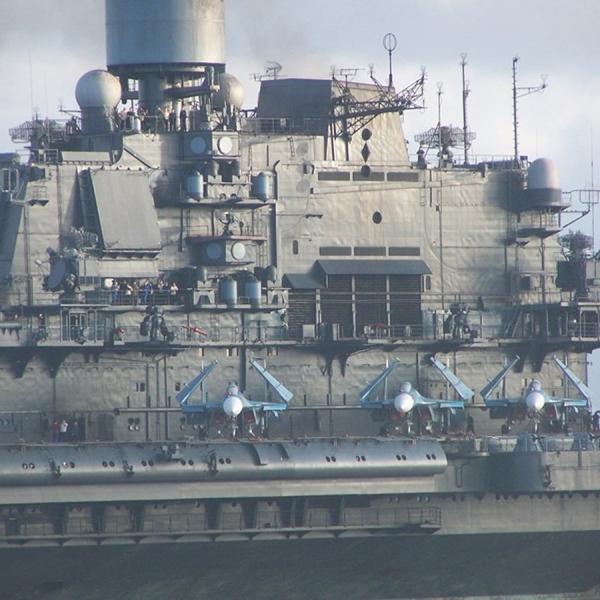 8.Су-33 на палубной стоянке.