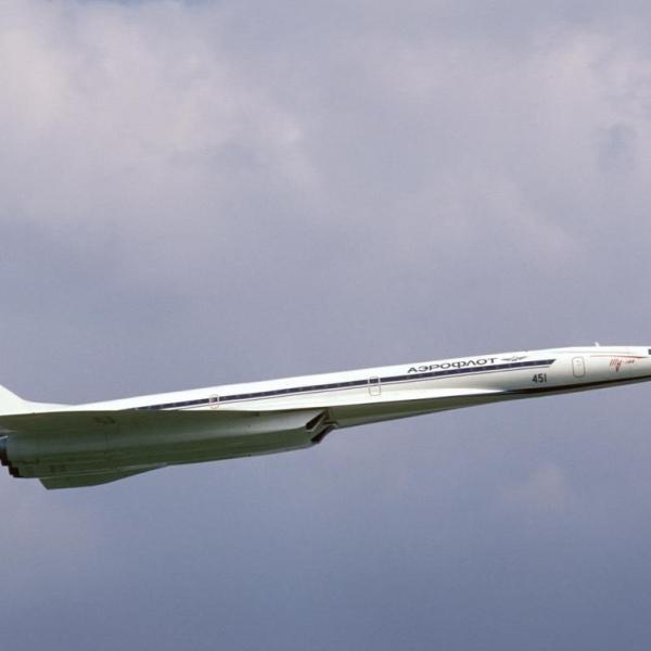 8.Ту-144 в полете.