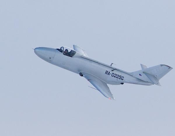 8.Як-32 в полете.