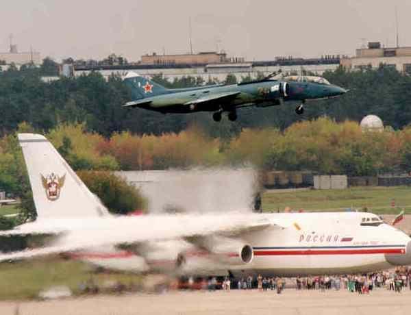 8.Як-38У вертикально взлетает.