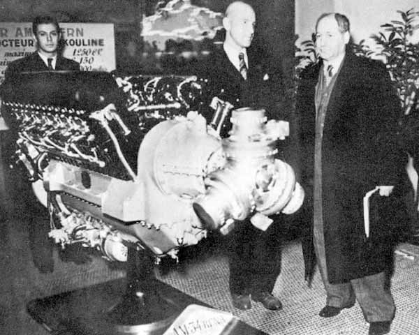 8а.А.Н.Туполев и А.А.Микулин у двигателя АМ-34 на авиационной выставке в Ле-Бурже. Франция, 1935 г.