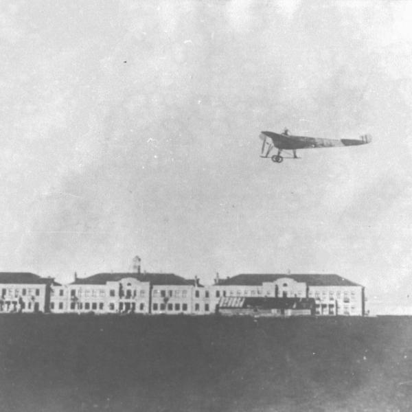 8а.Nieuport.IV в полете. На 2-м плане здания Качинской авиашколы.