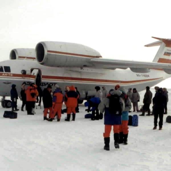 9.Ан-74 перед вылетом на Северный полюс.