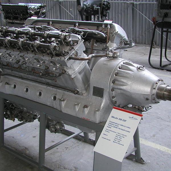 9.Двигатель АМ-38Ф в экспозиции музея.