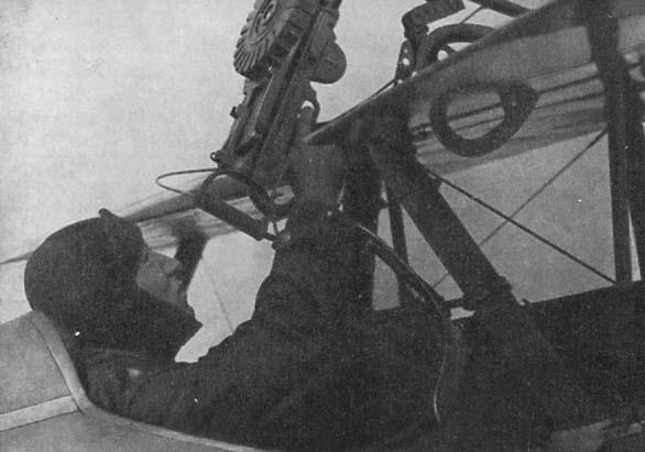 9.Пилот производит перезарядку пулемета Lewis.