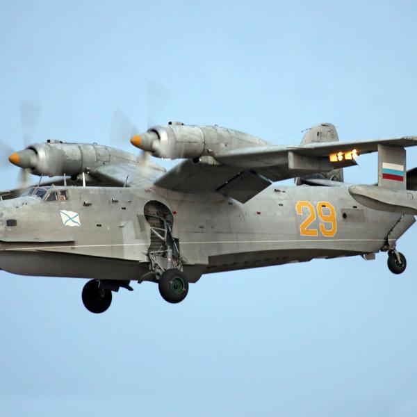 Бе-12СК заходит на посадку.