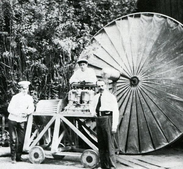 Конструктор-изобретатель Н.И.Сорокин (справа) у двигателя Argus на фоне винта-вентилятора.