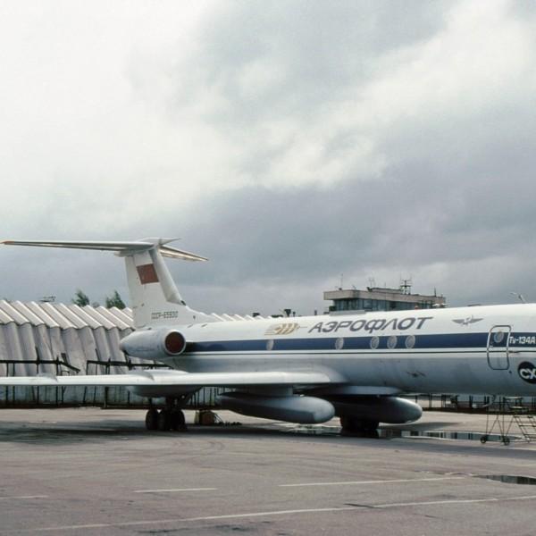 tu-134sh-na-stoyanke