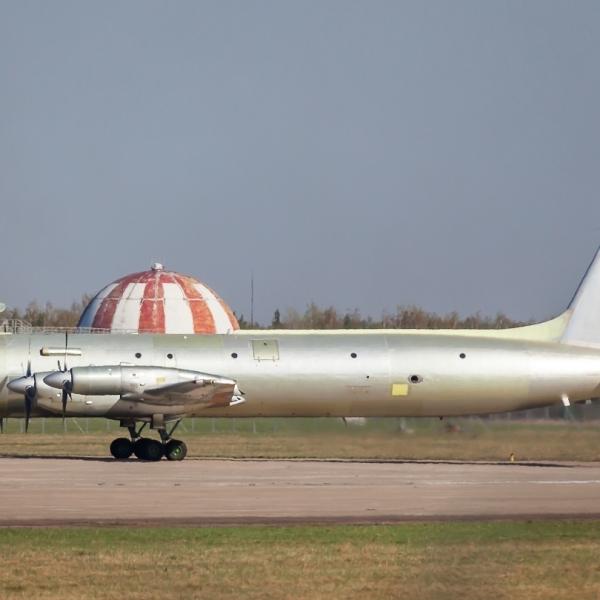 1.Один из первых Ил-38Н на рулежке.