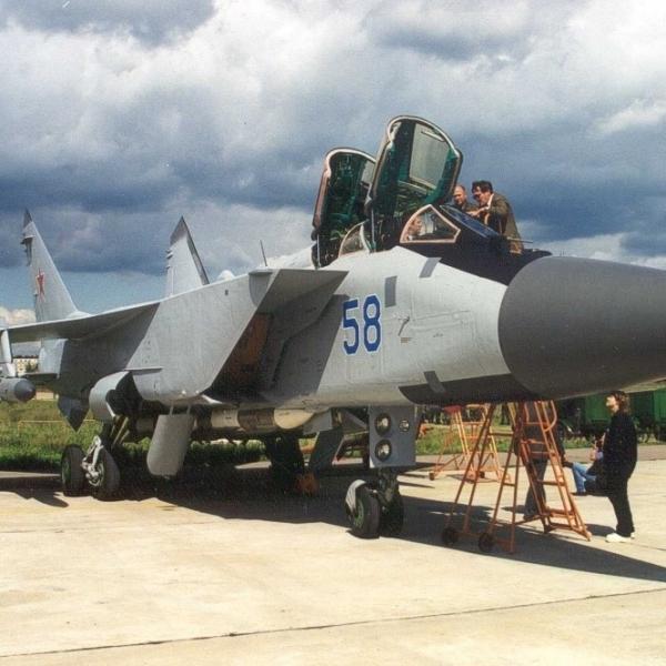 1.Опытный МиГ-31БМ на стоянке.