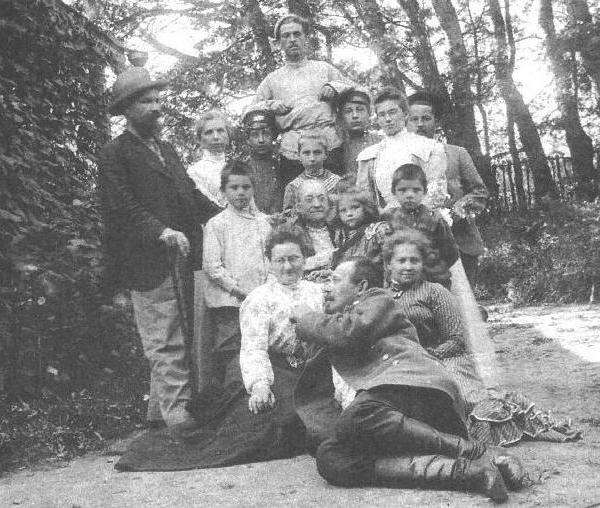 1.Семейство Гильшеров. Юра стоит 1-й слева во 2-м ряду.