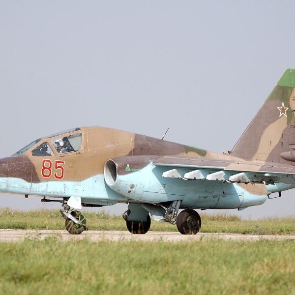 1.Су-39 на рулежке.