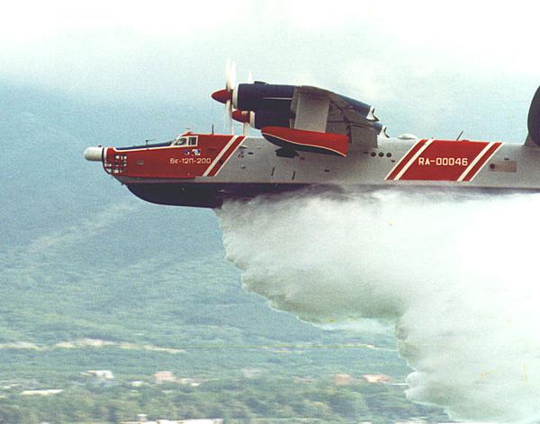 10.Сброс воды с Бе-12П-200.