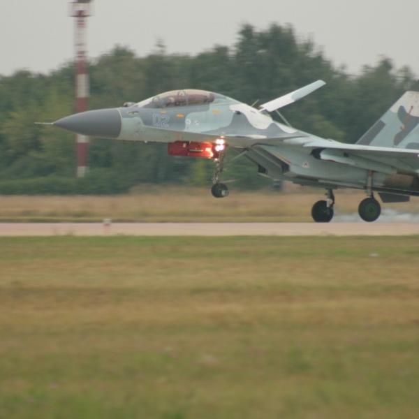 10.Су-30МК совершает посадку.