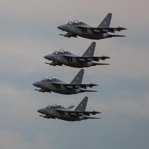 10а.Звено Як-130 в полете.