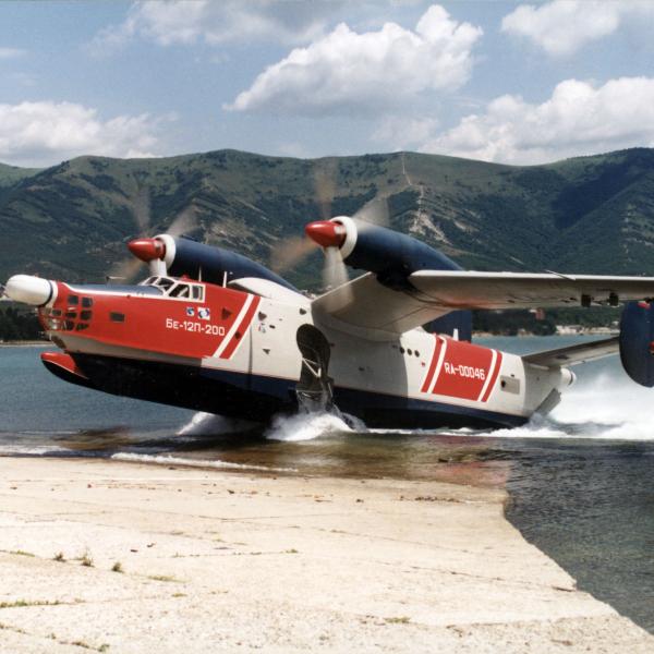 11.Бе-12П-200 выруливает на пирс.