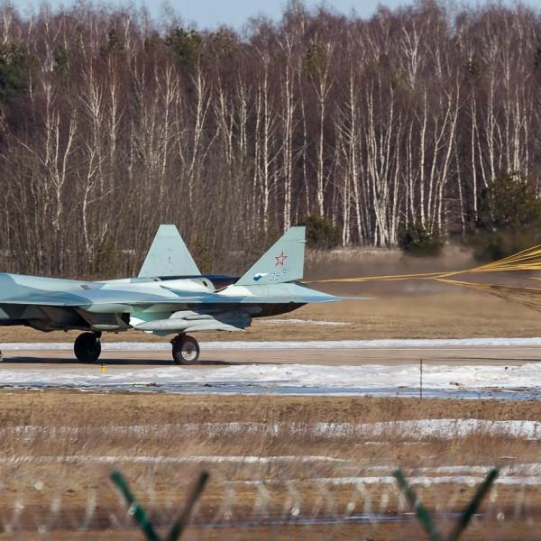 12б.Т-50-2 борт № 052 с макетными образцами управляемого ракетного вооружения. 23 марта 2016 г.
