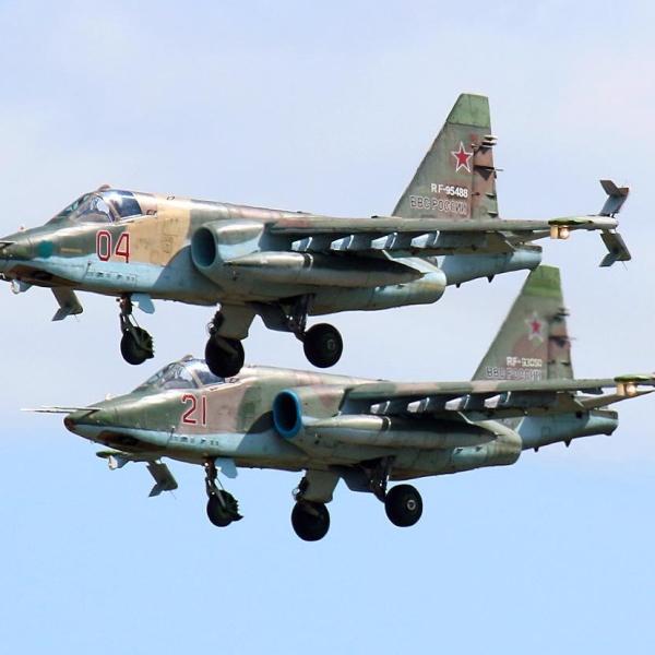 16.Пара штурмовиков Су-25СМ заходит на посадку.