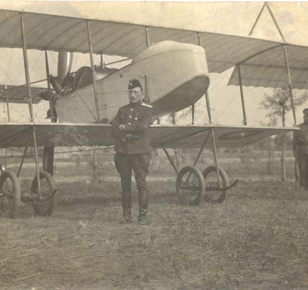 2.А.Ф.Пуарэ у самолета Фарман-16.