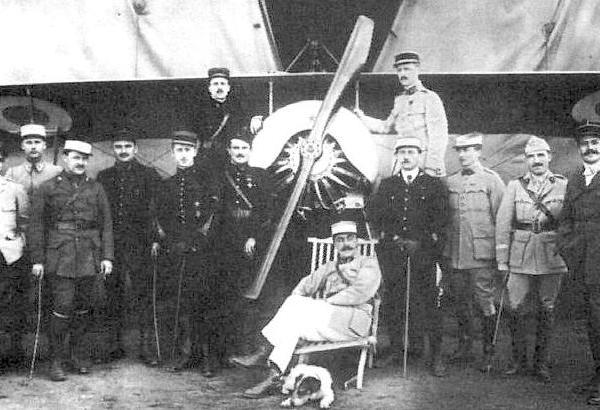 2.Летчик Аргеев (пятый слева) с пилотами 48 эскадрильи.