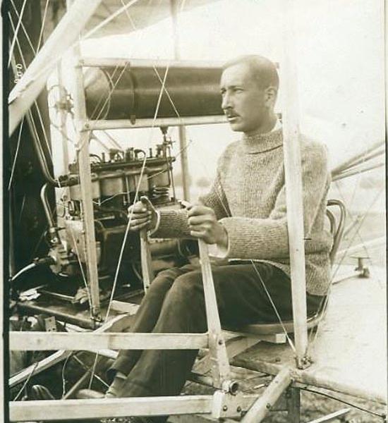 2.Николай Евграфович Попов на пилотском месте самолета Райт.