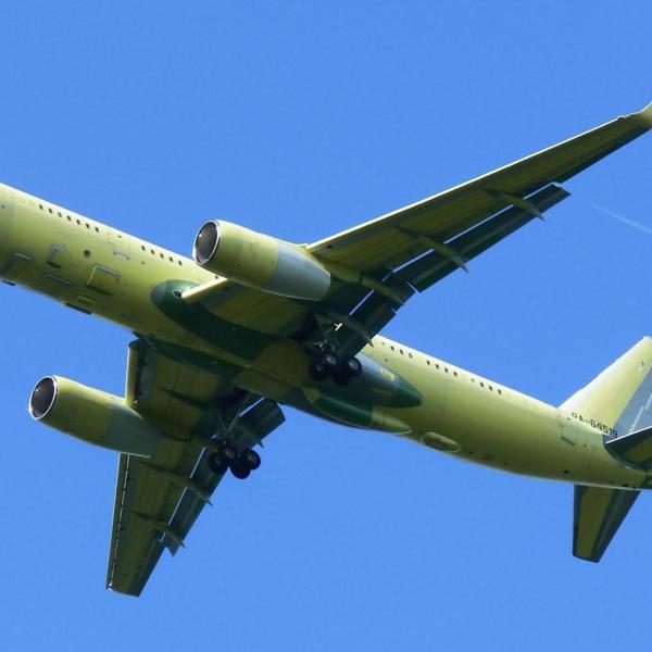 2.Первый Ту-214ОН заходит на посадку.