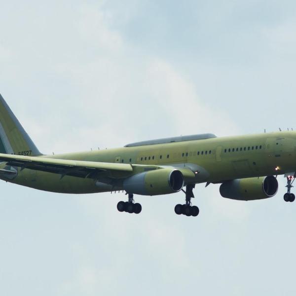 2.Первый Ту-214СР заходит на посадку.