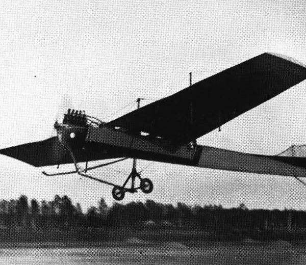 2.Самолет Антуаннет под управлением С.Ф.Дорожинского в полете.