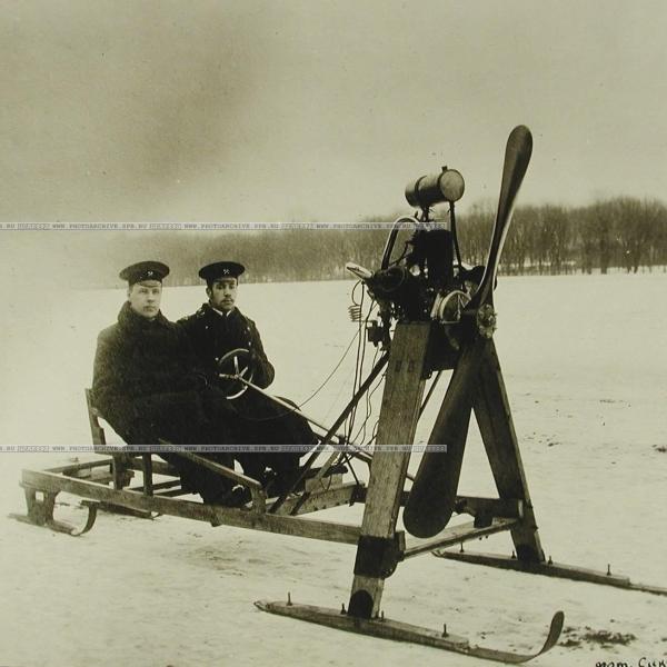 2.Студенты Сикорский и Былинкин на своих аэросанях.