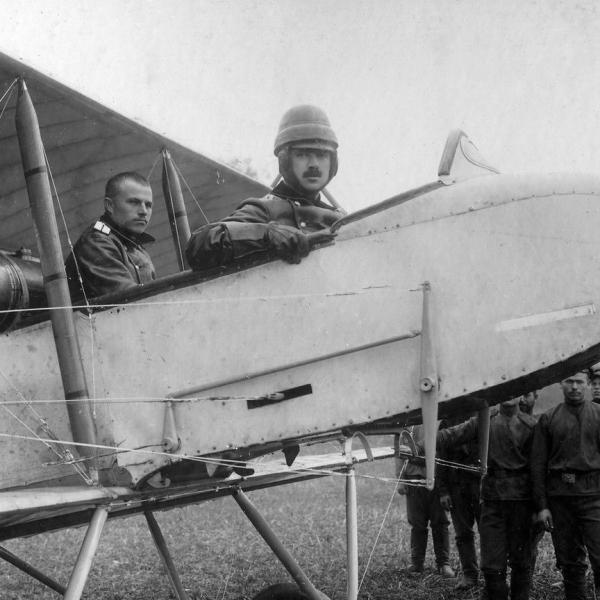 2.В кабине Фармана-16 пилот - прапорщик В.Ф.Вишняков и летнаб - граф Бобринский.