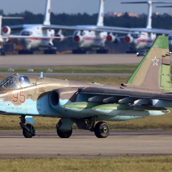 5а.Су-25СМ на рулежке.