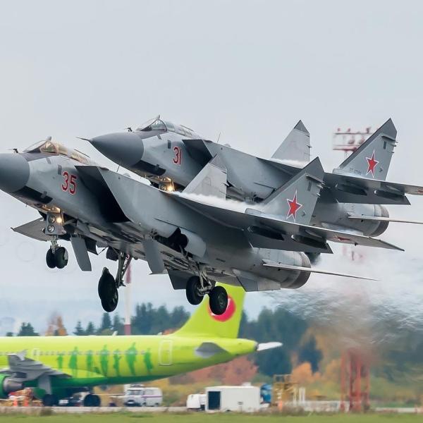 5а.Взлет пары истребителей-перехватчиков МиГ-31БМ.