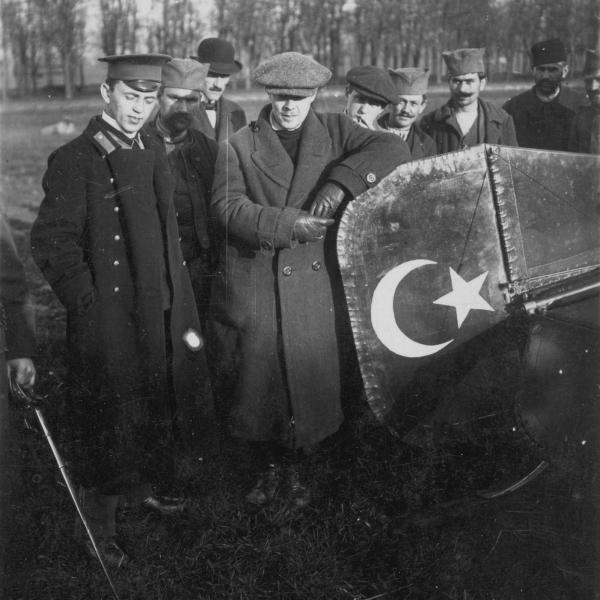 6.А.А.Агафонов (в центре) и В.Ф.Савельев у трофейного аппарата REP. Сербия, осень 1912 г.