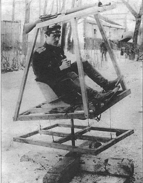 6.Гильшер на сконструированном им тренажере.