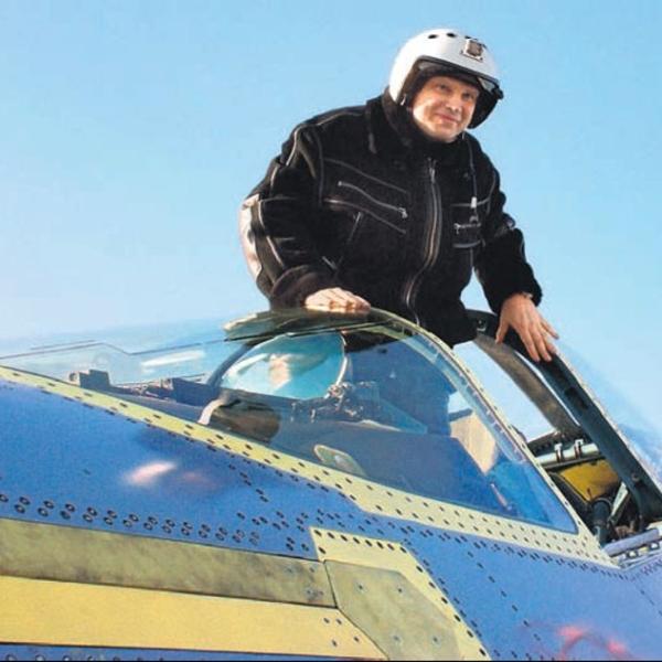 6.Летчик-испытатель Сергей Богдан в кабине Т-50-1.