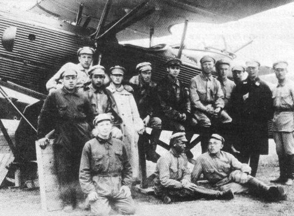 6.Летчики и техники возле Юнкерса Ю-21 .