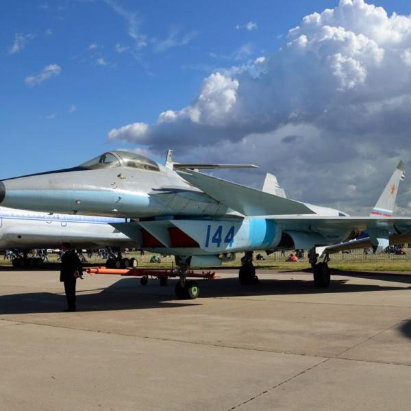 6.МиГ-1.44 (МФИ) на стоянке авиасалона.