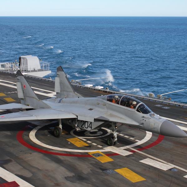 6.МиГ-29КУБ выполнил посадку на палубу.