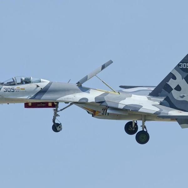 6.Су-27СМК заходит на посадку.