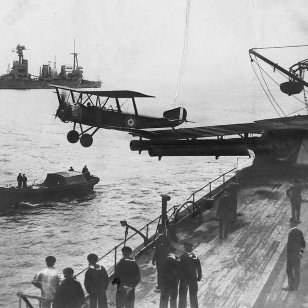 6.Взлет английского Sopwith 1 1-2 Strutter с палубы военного корабля.