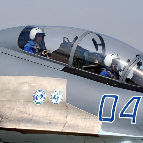 7.Летчики в кабине Су-30МК2.