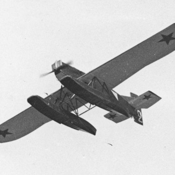8.Гидросамолет-разведчик Ю-20 в полёте.
